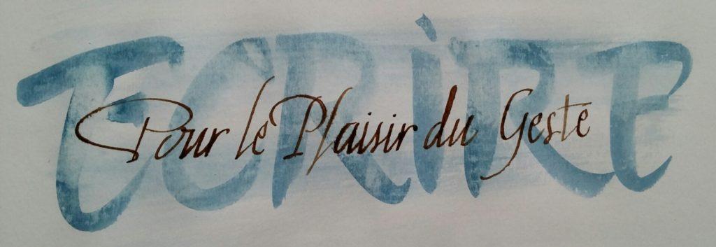 """sur fond du mot """"écrire"""" réalisé en bleu au pinceau et essuyé, les mots """"pour le plaisir du geste"""" réalisés à la plume métallique et au brou de noix"""