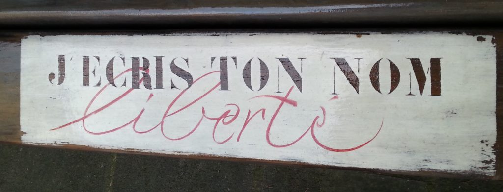 pochoir et écriture gestuelle au pinceau sur banc en bois